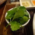 居空間 タイ料理&パクチー酒場 - 追パク(300円 サービスで他の料理で付いてきた分、マトメテ請求された感じで、ありえん・・・)
