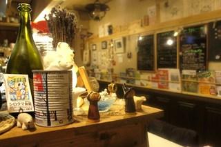 シロクマ食堂 - 店内カウンターと壁面