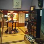 おいしいいっぷく鏑木 - 店内では九谷焼の販売もしています。