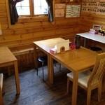 しずま - 店内には、テーブルが3卓あります