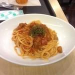 ポーズ カフェ - なすと挽肉の完熟トマトソース