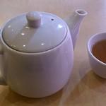 23523314 - 聚宝 @南林間 白磁の急須と湯呑で供される烏龍茶