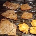 薩摩焼肉 黒桜 - 極上ロース,極上カルビ,ホソを焼いているところ~♪(^o^)丿