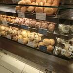 小麦と酵母 満 - うまそうなパンが並んでいます(2014.01)