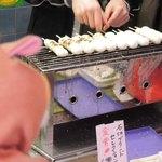 よもぎだんご・うどん 生田屋 - 店先では美味しそうなお団子を焼いてたよ。買い食いするのもいいね。