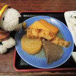 よもぎだんご・うどん 生田屋 - おでんも食べたかったので、おにぎりと関東煮(5品)950円を注文。 知らない人のために補足! 大阪では昔、おでんのことを関東煮(かんとうだき)って言ってたんだ。