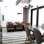 稲こし - 厨房側から見た店内。カウンター10席、テーブル6席、奥に4〜5人様の個室もございます。