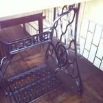 開成館 - テーブルの下は昔のミシン台?