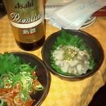 コートハウス - 瓶ビールとチャンジャ(左)、たこわさ(右)