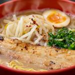 ラーメン 賀丸屋 - 豚骨と豚皮からとった深みのあるスープ。注文を受けてから炙る、特大炭焼き炙りチャーシュー!
