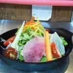 """フェルム・ソレイユ - 冷えた石鍋に山盛りの旬野菜。野菜ソムリエ協会認定資格者が作るこだわりの""""特製エコサラダ"""""""