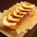 たべものや ちきん - 【羽根付きぎょうざ】店長お勧め&自信作。一番人気の一品です。パリパリの羽根とジューシーな肉汁がたまらない!!