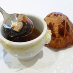 23534619 - 1975年にエリゼ宮にてヴァレリー・ジスカール=デスタン大統領に捧げたトリュフのスープ