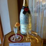 ラ・メール ザ クラシック - お店の入り口。真珠貝でデコレーションされた、シャンパンのボトル