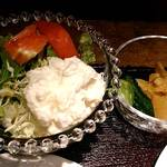 R・G カフェ - Royal Garden Cafe @板橋本町 サラダとサービスらしき漬物