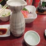 逸品亭 竜宮郷 - 地酒 王紋の熱燗(大) 580円