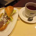 ドトールコーヒーショップ - ミラノサンド・ペッパービーフとチェダーチーズソース、ホットティー