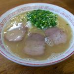 丸一ラーメン - 料理写真:「ラーメン」(490円)。それなりの豚骨臭あり。いつもキレイに盛りつけられて出てきます。