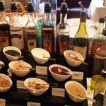 ロウリーズ・ザ・プライムリブ 大阪 - サラダ用のトッピングとビネガーだけでも凄い種類があります