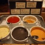 ロウリーズ・ザ・プライムリブ 大阪 - サラダ用のドレッシングは5種類ありました