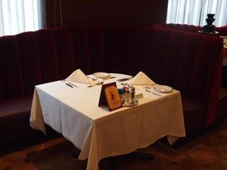 ロウリーズ・ザ・プライムリブ 大阪 - テーブル席