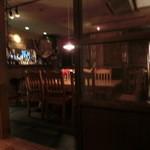 無国籍食房 ちりちり - ピンボケになっちゃった・・・。小上りからテーブル席&カウンター席を撮影。