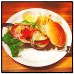 MEAT HOUSE YOKOHAMA MarS - ランチでグルメバーガー 木の子&ベーコン&エッグ を頂きました! ボリュームたっぷり、食べ応えあります! 肉食獣のみなさん、ガッツリいっちゃって下さい!