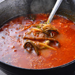 焼肉 まんまる - 美味しい辛さのまんまるスープの赤です。