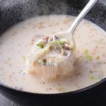 焼肉 まんまる - 鳥の出汁が効いたまんまるスープの白です。