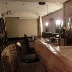 ヘロン - テーブル席とカウンター。