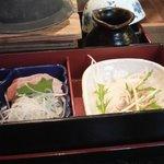 馳走家 とり壱 - 五目釜飯定食(五目釜飯、サーモンの刺身、大根サラダ、釜飯にかける出汁)
