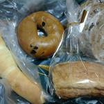 23575333 - ブルーベリーベーグル・フルーツライ・チーズのリング・塩パン