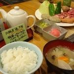 地鶏屋 膳  - セットについてくる、ごはん、味噌汁、お漬物、手作りの焼肉のタレ2種類