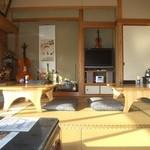 阿蘇の風 - 日本間にジャズやクラシック、懐メロが流れ、庭には四季折々の樹花を眺め、隣家の屋根越しに根子岳や高岳の山々が望めます。