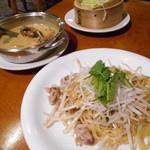 23577951 - 香港やきそば>ソフトシェルクラブのイエローカレー>キャベツと豚肉の重ね蒸し