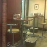 カリーカリー - カウンターがメインの店内ですが、テーブル席もいくつかあります