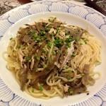 鎌倉パスタ - きんぴらごぼうと蒸し鶏の黒胡麻風味の和風バターソース