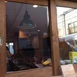 ヤキタテピザ佐野  - 個人的に、窓から店内を覗いたあたたかい雰囲気が好きです。もちろん、店内はとっても居心地いいですよ。