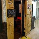 ドミニカ - カレー色した扉に、ドミちゃんとドニニカって書いてあるマットがお出迎えです。