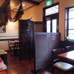 アラカフェ - 店内の入口付近テーブル席