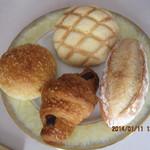 パンクープ - メロンパン(上)、天然酵母パン(右)、クロショコラ(下)、カレーパン(左)