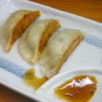 関東軒 - 支那そばひかえめセット(¥700)の餃子。大好きな焼き餃子がちょこっと食べられるのがいい!