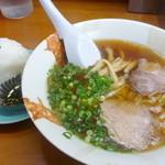 関東軒 - 支那そばひかえめセット(¥700)の半玉支那・おにぎり1ヶ・昆布の佃煮。程よい量が嬉しかったです!ラーメンもおいしいけど、おにぎりもおいしいです!