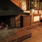 23600115 - 静かに燃える暖炉、使用後の割り箸を焚きつけにしていた