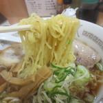 源ちゃんラーメン - 少しウェーブのかかった細麺です。
