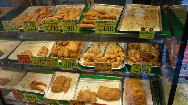 かたばみ精肉店 - 店内の揚げ物