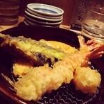 23607085 - 天ぷらは二品ずつ揚げたてが運ばれるスタイル、ご飯もおかわり自由で嬉しいね。