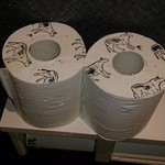 23607651 - トイレのロールにもビーフのイラスト