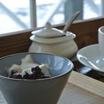 syzygy cafe - 黒糖パンの小倉トースト 生クリーム添え(小倉と生クリームのアップ)
