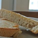 syzygy cafe - 黒糖パンの小倉トースト 生クリーム添え(黒糖パンのアップ)